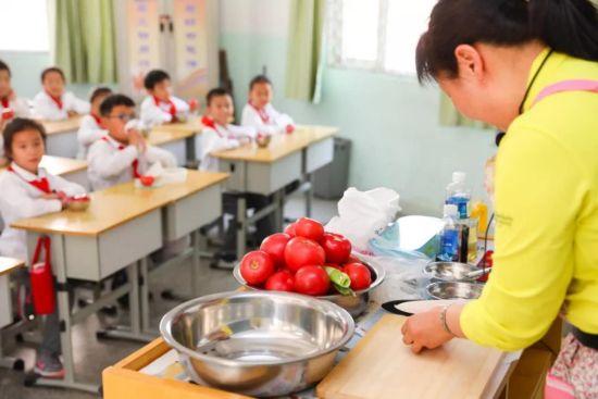 """郑州一小学开""""食育课堂"""" 让学生感悟饮食"""
