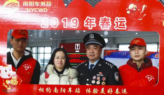图为邹清林和志愿者在一起。