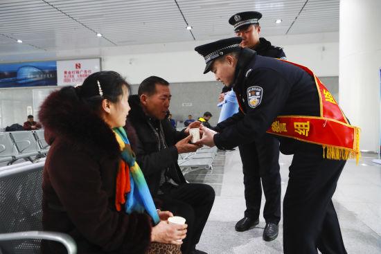 """图为""""邹清林警组""""民警们在车站帮助乘客。"""