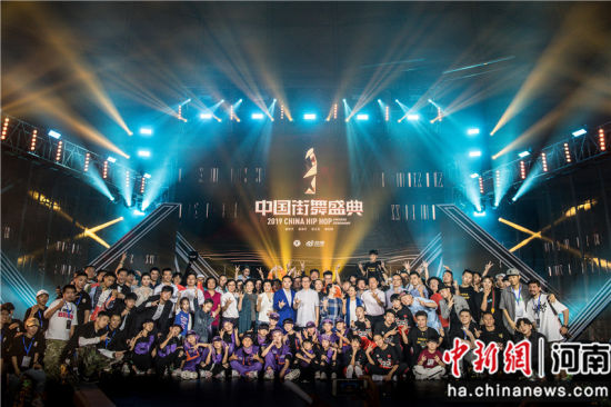 颁奖典礼之后演职人员大合影。韩章云 摄