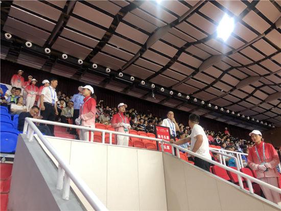 盲聋哑学校师生观看第十一届全国民族运动会比赛 冯琳 摄