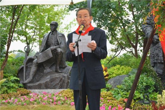 图为彭雪枫将军之子彭小枫讲话