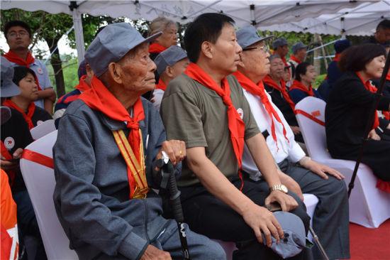 新四军四师骑兵团老战士出席彭雪枫将军纪念像揭幕仪式