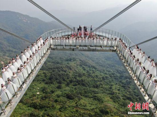 河南七峰山绝壁悬廊开业迎宾 百名女士登桥许愿