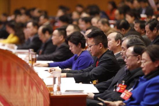 政协委员们认真聆听发言