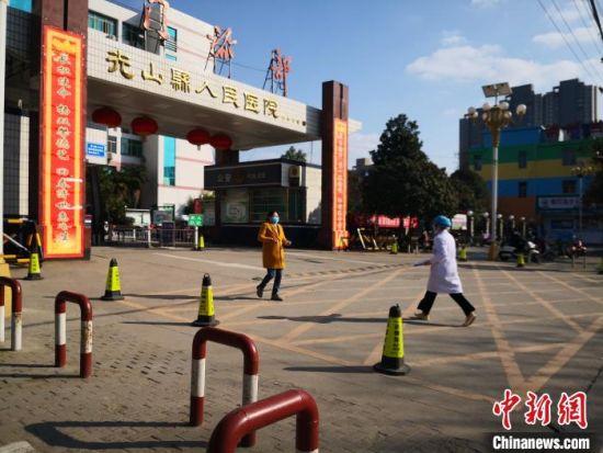 图为一名医护人员匆忙走进光山县人民医院。阚力 摄