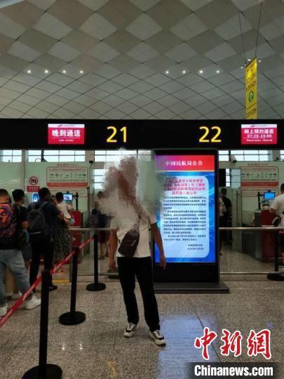 图为一男子藏匿火种乘机,被河南省公安厅机场公安局航站楼派出所处罚 楚晓清 摄