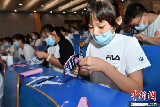 郑州外国语中学学生创作黄河文化主题剪纸 丁友明 摄