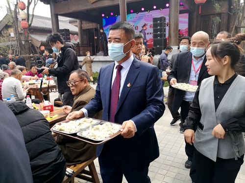 河南新密蒋坡:260位老人共享重阳饺子宴