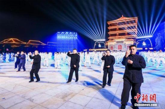 12月17日晚,河南温县举行太极拳申遗成功庆祝活动。中新社发 张斌 摄