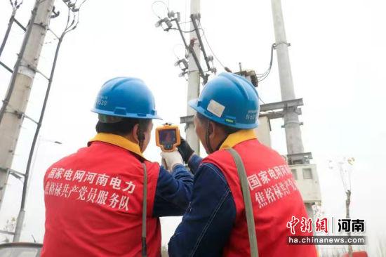 党员服务队加强巡视,确保电力设备健康稳定运行。杨占营 摄