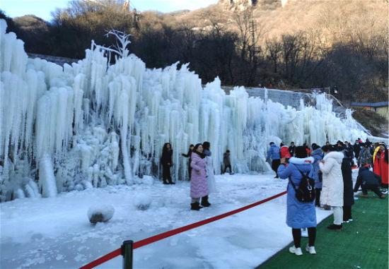 河南鲁山天龙池冰挂景观引游人赏玩 董飞 摄