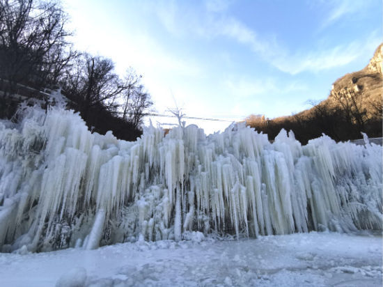 冷空气持续走低,河南鲁山天龙池现冰瀑景观。董飞 摄