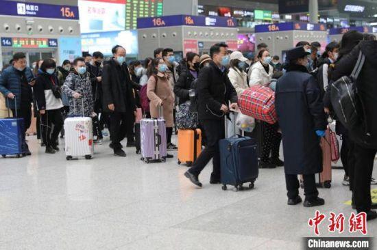 图为郑州东站旅客等待进站。 郑州铁路局供图