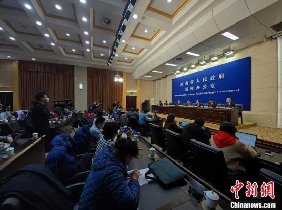 1月13日,河南省政府新闻办举行2021年河南省冬春季疫情防控新闻发布会。 阚力 摄
