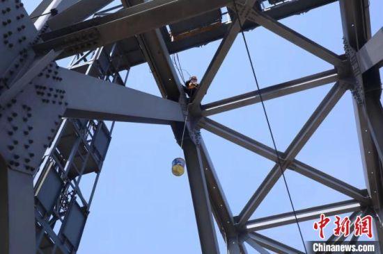 工长张新超在36米高的桥顶运输作业工具 韩磊 摄