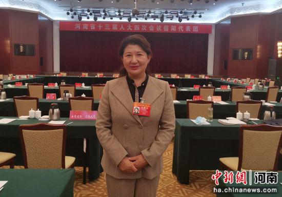 图为河南省人大代表潘道荣在会议现场。受访者供图