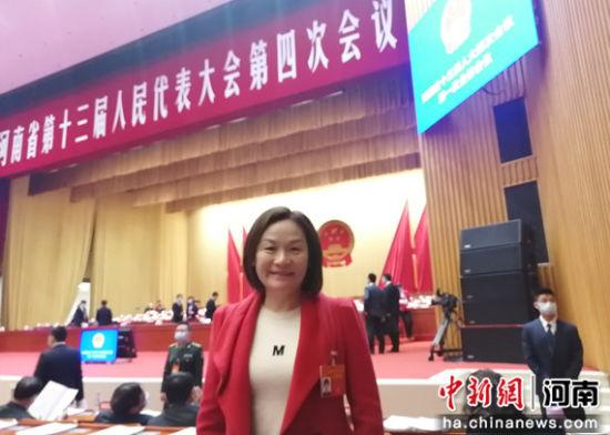 图为河南省人大代表王劲松在会议现场。受访者供图