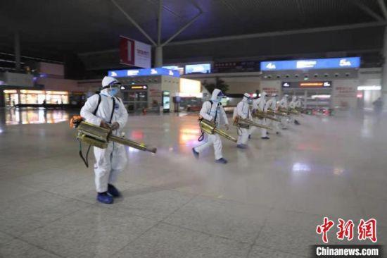 图为消杀人员对郑州东站内进行全面消杀。 赵依婷 摄