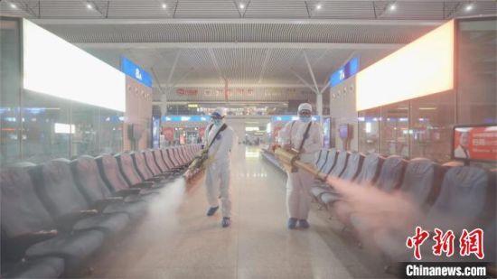 图为消杀人员对郑州东站候车大厅座椅区域进行消杀。 赵依婷 摄