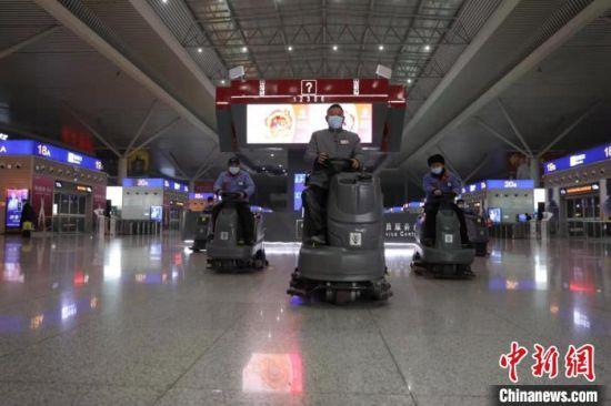 图为郑州东站的保洁工作人员正在进行消杀作业。 赵依婷 摄