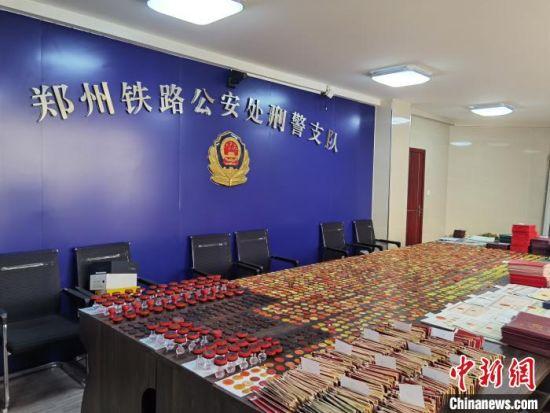 图为特大制贩假证、印章案中,郑铁警方查获的大量假证、假印章。 杜中亚 摄