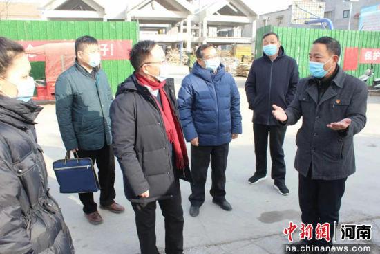 李庚香(左三)一行听取驻村第一书记马应福(右一)汇报中水寨村党建+文化综合体建设情况 文胜 摄