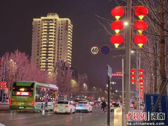 春节将至,越来越有年味儿的郑州市街景。马瀛钵 摄