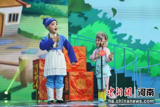 1月31日,小选手们在擂台赛现场表演 孟俊宝 摄