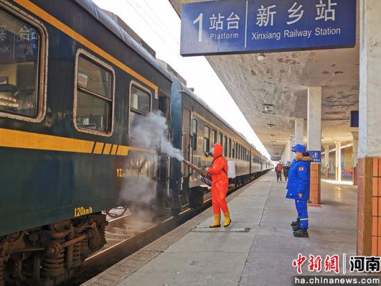 蓝天救援队队员对列车全面消杀 张强 摄