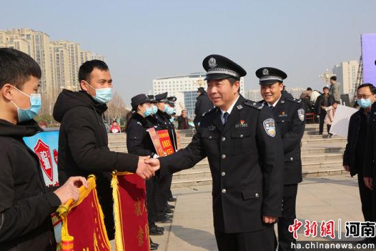 张元明与受害群众握手交谈 周口警方供图