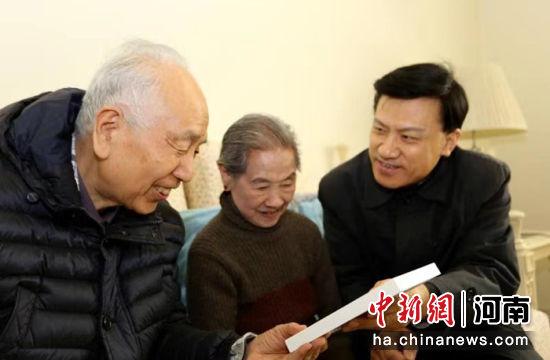 省侨联副主席看望老归侨林素凤 河南省侨联供图