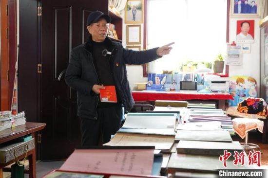 """图为王春玉在王家""""日记博物馆""""内介绍日记本的留存情况。 阚力 摄"""