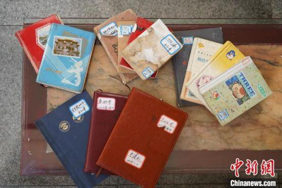 图为王家四代人的日记本展示。 阚力 摄