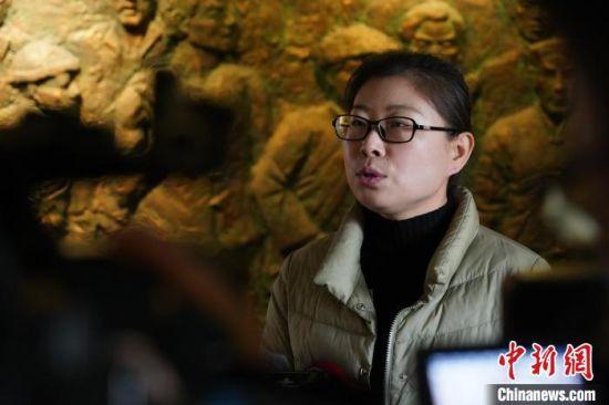 图为郑州二七纪念馆学术研究部主任庞倩华接受记者采访。 阚力 摄