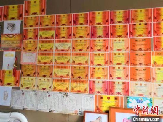图为南青村张九印家孙子孙女的奖状。 汤阴县委宣传部 供图