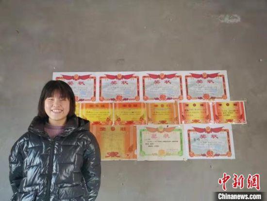 图为李海平女儿的奖状墙。 汤阴县委宣传部 供图