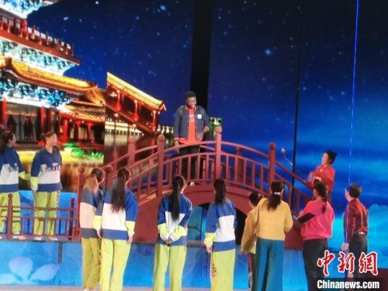 图为刘汴京在开封戏曲晚会彩排现场。受访者供图