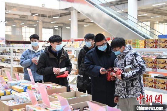 图为郑州市区商超内,市民购买进口年货。 栗璋鹏 摄