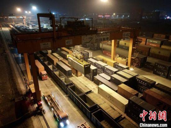 图为繁忙的郑州中欧班列物资集散地。 栗璋鹏 摄