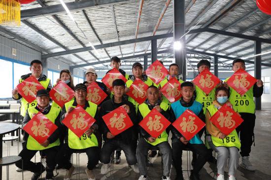 东北滑雪教练在河南鲁山天龙池滑雪场过年,喜庆春节。石光明 摄