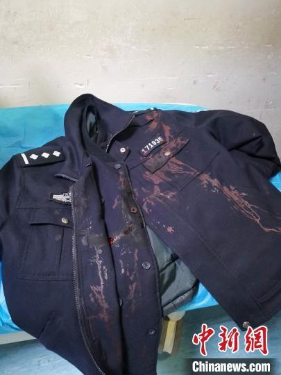 张宁博的警服被鲜血浸染。 李龙喜 摄