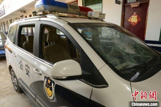出警警车被嫌疑人砸坏。李龙喜 摄