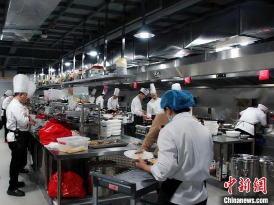 """长垣某饭店""""热火朝天""""的后厨。 李明明 摄"""