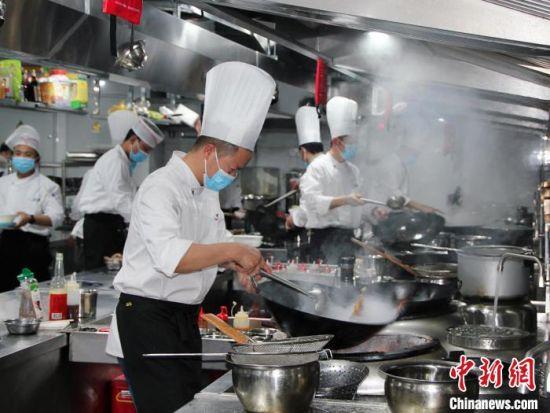 正在烹饪的厨师们 李明明 摄