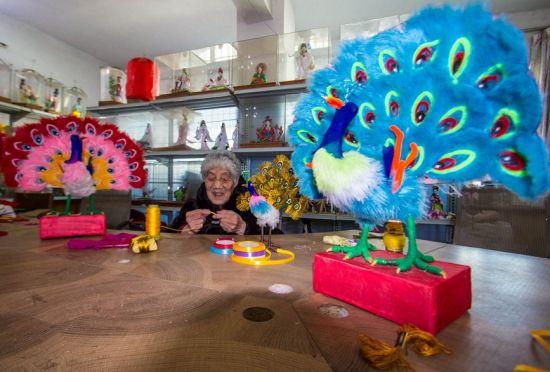 """""""非遗""""手工布衣代表性传承人、88岁的侯显珍在手工编织布衣。高嵩摄"""