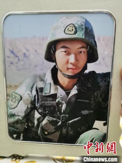 王焯冉身穿作战服与战友的一张合影,妈妈感觉儿子特别帅,特意放大镶嵌相框摆在家里。 王登峰 摄