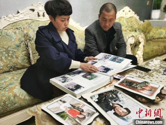 王焯冉牺牲后,爸妈想念他时,就会拿出来相册看他从小到大的照片,重温儿子生前瞬间时光。 王登峰 摄