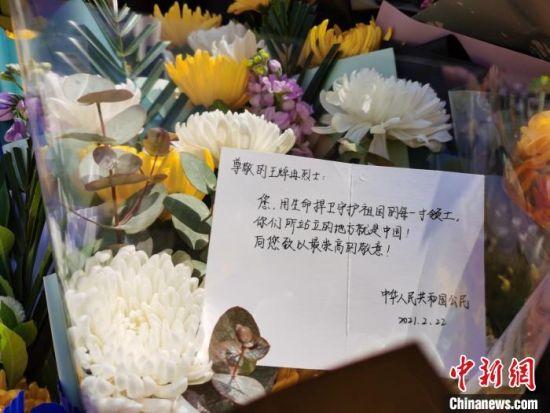 自发悼念的市民在卡片上写下致辞。 王登峰 摄