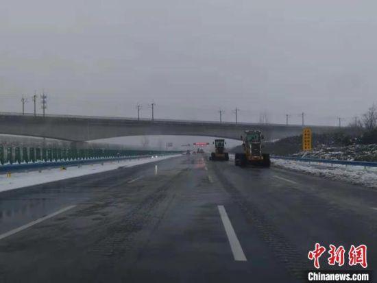 河南高速交警总队一支队组织大型清障除雪设备连夜不停工作,确保郑州机场高速雪停路通。 刘鹏 摄